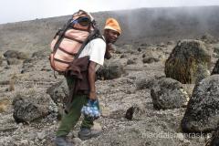 Tanzania - porterzy w drodze na Kilimandżaro