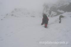 napieramy przez głębokie śniegi w kierunku szczytu