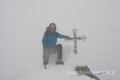 szczyt Gerlacha to bardzo niewielka powierzchnia - zimą skałka przywalona jest śniegiem, stając nieopatrznie łatwo o wypadek - tutaj właśnie jedna noga zapadła mi się w przepaść