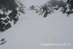 widok w kierunku szczytu; widać już schodzące osoby