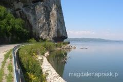 w okolicach Golubac oba brzegi Dunaju stają się klifami - w skałe zostały oszlifowane tak by poprowadzić drogę