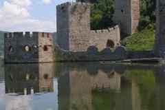 twierdza Golubac z XIVw. - odbita w wodach Dunaju prezentuje się pięknie