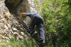 do jednej z baszt prowadzi stroma górska ścieżka, na której końcu zainstalowana jest drabinka