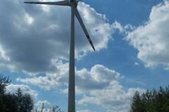 na szczycie Góry Kamieńskiej stoją potężne wiatraki