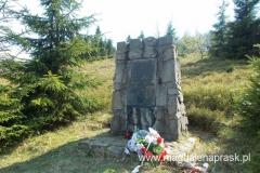 pomnik informujący o tym, że w tym rejonie w latach 1944-1945 walczyła z hitlerowskim najeźdźcą walczyli partyzanci 9 kompanii 3 batalionu 1 Pułku Strzelców Podhalańskich pod dowództwem majora Juliana Zubka (ps Tatar)