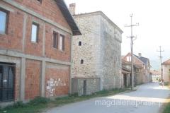 Osdautaj Kulla usytuowana jest pomiędzy nowymi zabudowaniami wsi