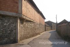tradycja zamiera - duduje się nowe zabudowania, a stare budynki rozpadają się