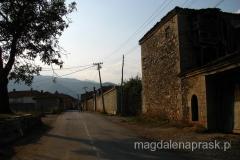 wieś Dranoc a na horyzoncie Deravica - najwyższy szczyt Kosowa