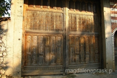 przepięknie zdobiona drewniana brama
