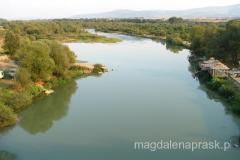 z jednej strony mostu widok na rzekę taki.....