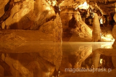 niezwykłą atrakcją jaskini jest podziemne jeziorko