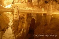 stalaktyty wyrastające z podziemnego jeziorka