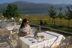 śniadanie nad brzegiem jeziora
