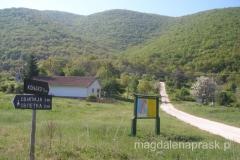 zaraz za wsią Stenje jest mapa okolicy i kilka drogowskazów