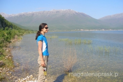 jezioro wczesnym rankiem jest bardzo spokojne - w oddali widzę pływające pelikany