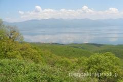 Jezioro Prespanskie oraz górujący nad nim ośnieżony szczyt Pelister