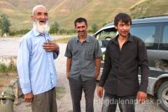 kierowcy, którzy wieźli nas z Jirgital do Dusznabe i właściciel stacji benzynowej