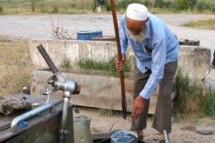 tankowanie : 1 najpierw nabieramy wiaderkiem benzynę ze zbiornika pod ziemią