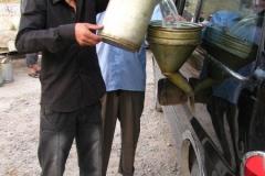 tankowanie: 3 za pomocą dużego lejka paliwo wlewamy do zbiornika w samochodzie