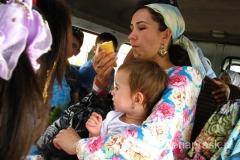 kobiety chodzą ubrane w sposób tradycyjny - nawet te bardzo młode