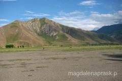 lotnisko w Jirgital - tu spędziliśmy dużo czasu wypatrując naszego helikoptera