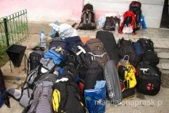 czekając na helikopter - bagaż ekspedycyjny
