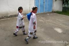 dziewczynki w tradycyjnych strojach