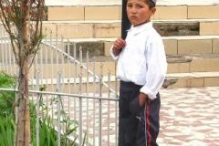 tradycyjnie ubrany chłopiec