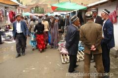 na bazarze - mężczyźni noszą tu tradycyjne nakrycia głowy, zresztą kobiety też ubierają się w określony, tradycyjny sposób
