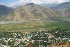widok na Jirgital i okolicę ze wzgórza z flagą Tadżykistanu na szczycie