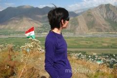 na szczycie wzgórza z flagą