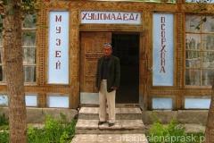 szef muzeum przed wejściem do środka