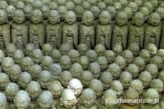 w Kamakura są tysiące figurek Jizo