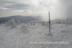 raz słońce, raz chmury - spojrzenie za siebie w kierunku Śnieżnych Kotłów