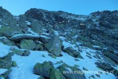 widok w stronę Kieżmarskiej Przełęczy Wyżnej; droga jest w większości zalodzona i pokryta cieńką warstwą śniegu