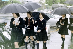 uczennice ubrane w szkolne mundurki - obowiązkowo