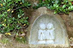 dekoracyjne figurki w miejscowym parku