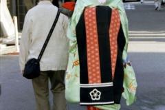 gejsza przechadzająca się po dzielnicy Gion