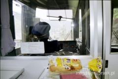 w japońskim pociągu konduktor jedzie w białych rękawiczkach