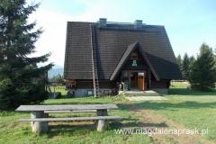 Bacówka PTTK na Krawcowym Wierchu ustytuowana jest tak naprawdę na Hali Krawcula (1.038m npm)