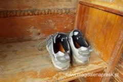 aby wejść do części mieszkalnej Bacówki trzeba zdjąć buty