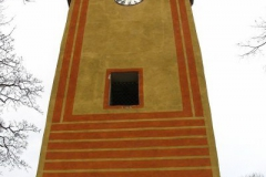 wieża kościoła Wszystkich Świętych. Czerwone pasy na wieży mają przedstawiać osiem błogosławieństw z ewangelii na dzień Wszystkich Świętych. Dwa pasy pionowe symbolizują przykazania miłości boga i bliźniego. Wewnątrz wieży znajdują się trzy dzwony.