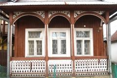 drewniany domek z malowniczym gankiem