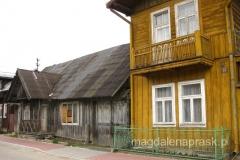 drewniane domki z malowniczymi gankami i dodatkowym pięterkiem przeznaczonym na sezonowy wynajem