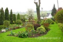 pięknie zadbany wiosenny ogródek