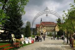 spacerując po Parku Zdrojowym; w tle sanatorium Polonia