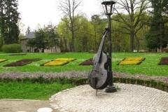 ciekawe eksponaty muzyczne na terenie Parku Zdrojowego