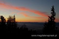 ze schroniska wyruszamy po ciemku dzięki temu na Magistrali Tatrzańskiej możemy podziwiać wschód słońca