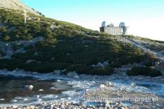 zmarznięty staw Skalnate Pleso, a ponad nim budynek obserwatorium astronomicznego