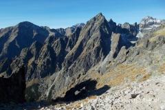 widoki z Lomnicke Sedlo: centralnie szczyt Pośrednia Grań, a za nim Gerlach